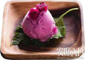 清爽的红心火龙果紫苏冰淇淋是两位店主的自创甜点图片
