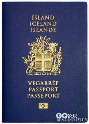 中央为冰岛国徽,冰岛的国徽比较复杂,它上端有一只红舌金爪的白隼和