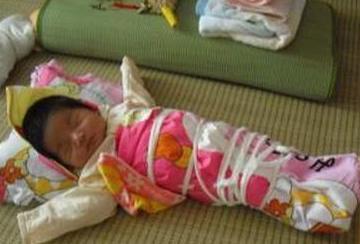 只因奶奶把刚出生的宝宝绑手绑腿,医生都气的发火了
