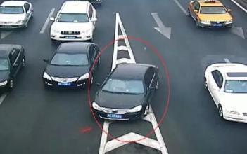 男子开车摸副驾的大腿,被电抓拍扣分罚款丢面子