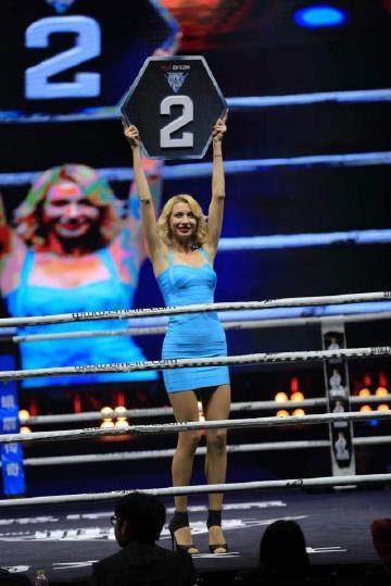 只需有赛莉斯呈现的时辰,观众席的眼光全副投向擂台,这是归于她一小我秀,即便拳王也不能不心悦诚服。