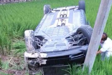 富二代驾劳斯莱斯,携女友野外兜风,却一头栽进稻田