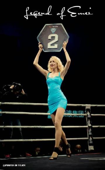 赛莉斯在擂台上冷艳一瞬,成为搏击赛场永久的典范。