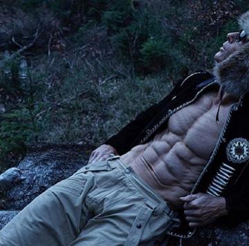"""赫尔穆特・斯特博的肌肉线条,至关完满,不论是三角肌、臀大肌、仍是背阔肌都曾经成""""拉丝""""形态"""