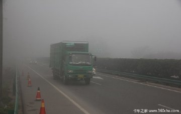 秋冬季行车大挑战  如何应对多雾路况?