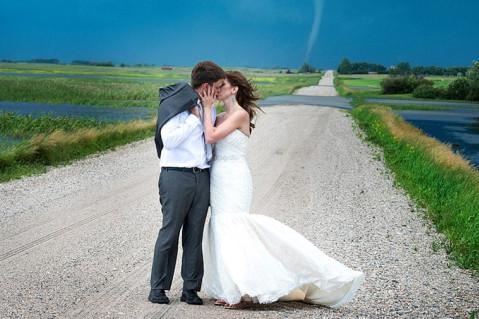 新人龙卷风前拍婚纱照