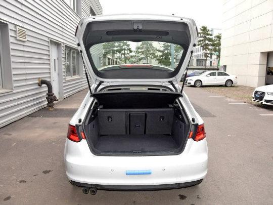 两厢版本的奥迪A3后备箱开口   其实选车我们最主要的就是要看自己在使用上的的功能需求。如果你车的第二排经常坐人,选三厢版的就会更适合,拉人载物两不误,而且轿厢与后备箱是分开的。如果第二排座椅很少坐人,平时又偶尔会拉个大件物品之类的,那么掀背版的两厢则拥有比三厢更大的开口,方便装卸物品。并且只要将后排座椅放倒,原来只有380L的后备箱空间瞬间容至1220L的超大空间。三厢版本的A3虽然第二排座椅也能放倒,但是对大件物品的装载性以及货物的通过性有一定的影响。