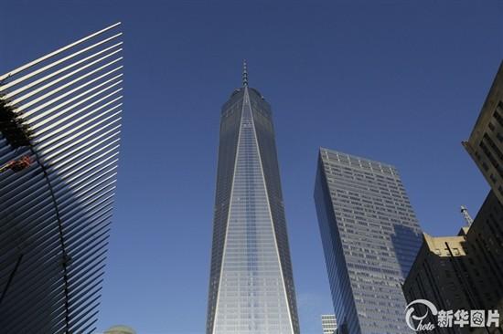 """在纽约著名的世贸双子塔在""""911""""恐怖袭击中被摧毁的13年之后,新建成的纽约世贸中心一号大楼当地时间11月3日正式重新开放。(图片来源:东方IC)   中新社纽约11月3日电 (记者 阮煜琳)在纽约著名的世贸双子塔在""""911""""恐怖袭击中被摧毁的13年之后,新建成的纽约世贸中心一号大楼3日正式重新开放。没有任何剪彩和庆祝仪式,该大楼首批租户的员工今天早晨进入大楼开始工作。   出版业巨头康泰纳仕国际集团的170名员工3日早晨进入世界贸易中心一号大楼开始工作"""