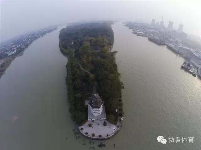 (在京杭大运河扬州段拍摄的茱萸湾风景区茱萸宝塔.