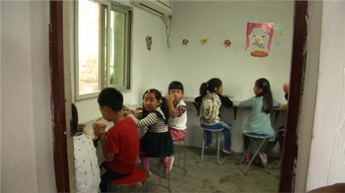 南京部分小学禁低年级学生食堂就餐图片