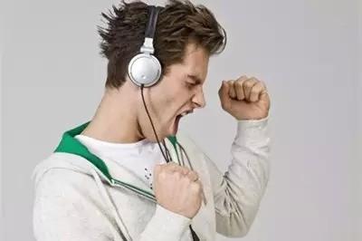 尤其是学校机房等公共场所配置的头套式耳机,更要注意定期消毒.