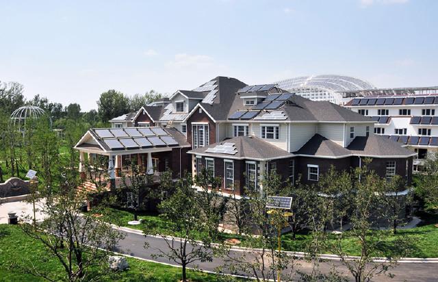 这是一栋木结构特色的太阳能建筑