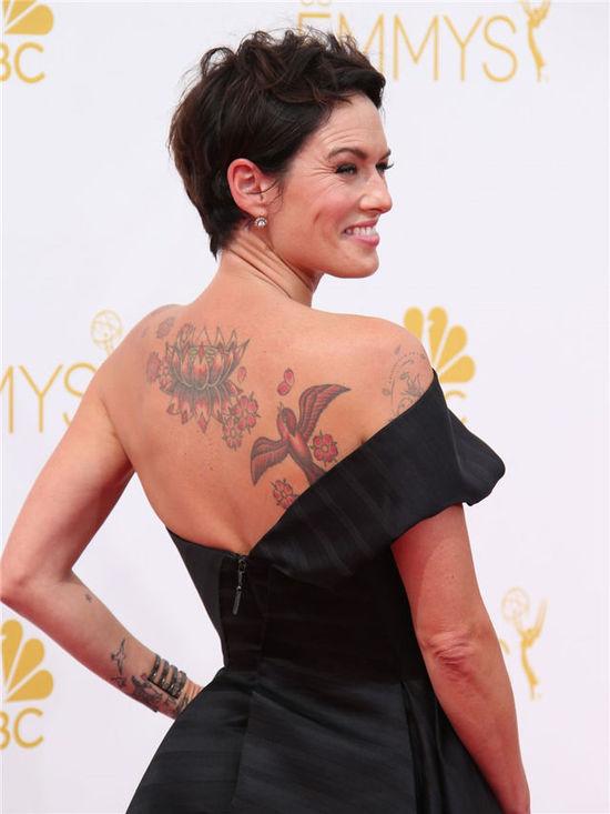 纹身,黑色利落短发造型的她很难让人联想到《权利的游戏》中一头长
