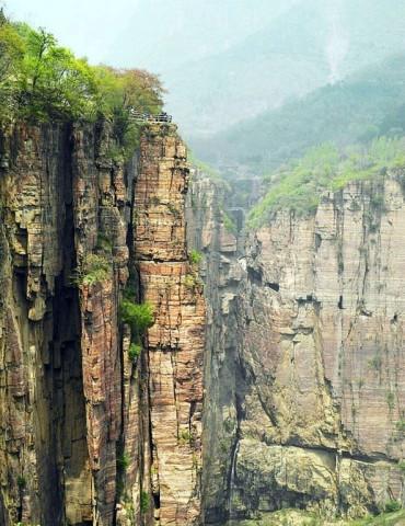 7。十三个郭亮村的汉子,领头用五年时间打通一条长1250米的挂壁公路。