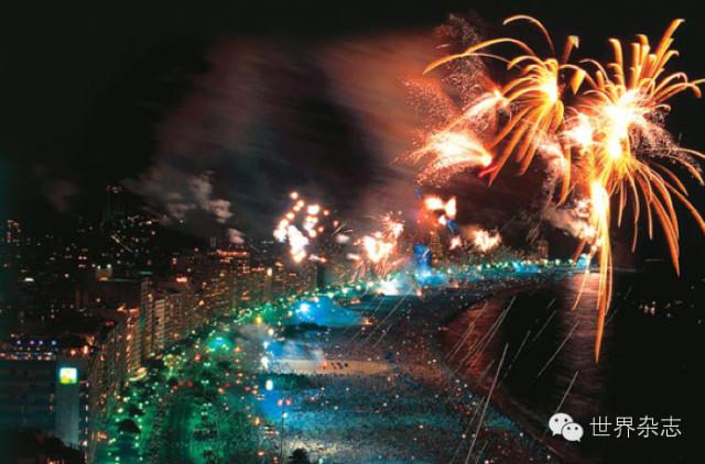 午夜时刻的埃菲尔铁塔上演着壮观的灯光表演