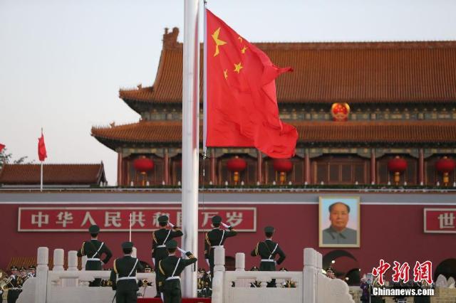 升国旗仪式_北京天安门广场举行国庆升国旗仪式