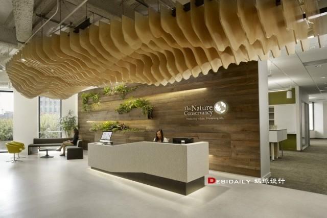 保护协会办公室前台天花一组造型木板拼成的独特创意
