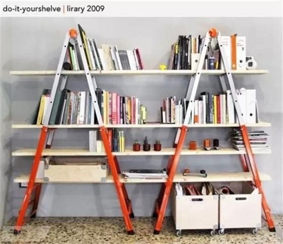 no3,将木板横穿过梯子,自制成很张扬的一款书架,可以随时收起来.