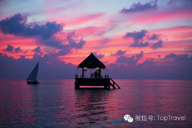 在马尔代夫的海边荡秋千