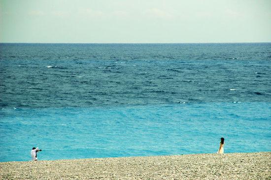 飞机窗外风景渐渐变成了蓝色的大海,跨越台湾海峡的航班,终于在中午时