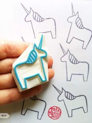 diy手刻橡皮印章,是用小型雕刻刀具在专用于刻章的橡皮砖上进行