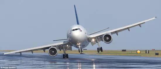交通管制:我国的空中禁区多,而且由军方组织实施全国飞行管制工作。这种情况基本就和航空公司没有关系的,就和地面上的交通管制是一样的,航空公司也只能等待通知。例如空军军演,通常会选择天气较好的时候进行,这是可能途径航线上的飞机都要受到影响。