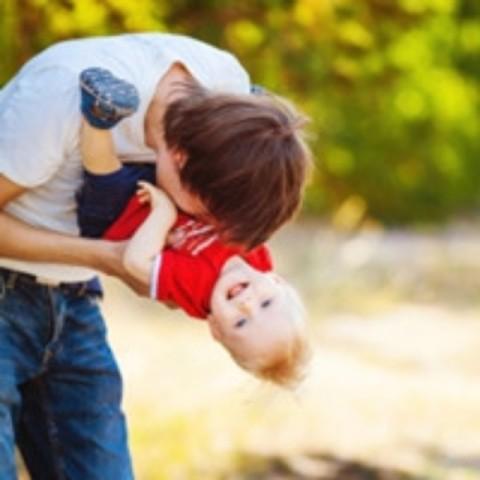 男孩们不善于表达,无法告诉父母,他们其实也需要你的亲亲,抱抱
