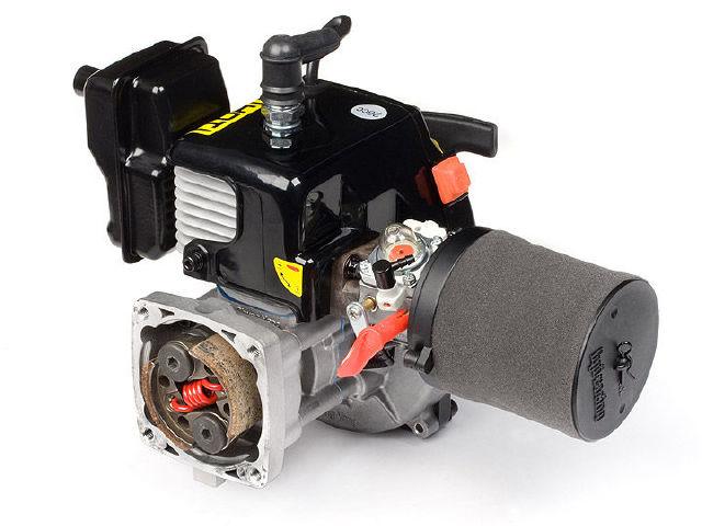 汽油遥控模型车的结构非常接近真实汽车,汽油车使用的是两冲程汽油发动机,这种发动机的工作原理和摩托车发动机的工作原理一致,而且结构简单,性能稳定,维护方便,相对于使用专用燃料的油动遥控车,汽油车的发动机调教简单,油针的设定范围较小,哪怕是入门玩家也能轻松上手汽油车,此外汽油遥控车的车架大部分部件使用高强度铝材制造,车架强度高,损坏率低,同时由于发动机安装在车架中部,整车的重心也位于中部偏后,这和世界上大多数超级跑车的重心位置相同,所以汽油车的操控灵活,行走平稳。再者,汽油车的体积大,对行走路面的要求没有