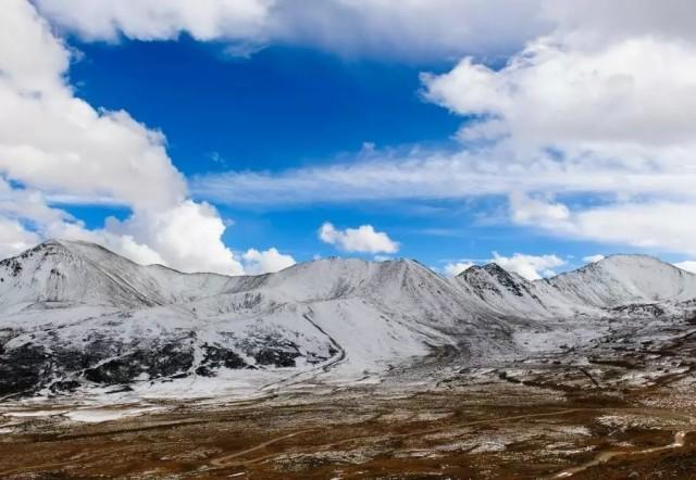 川藏公路以风景优美路途艰险著称,沿川藏公路进西藏,须翻高山、跨急流,路途艰辛且多危险,但一路景色壮丽,有雪山、原始森林、草原、冰川和若干大江大河(金沙江、澜沧江、怒江等),是旅游探险爱好者和摄影师的极乐所在。   川藏公路已经是318国道的重要组成部分,并有南线和北线,分线点位于四川省甘孜州新都桥镇前的东俄洛乡。南线从雅安起与国道108分道,向西翻越二郎山,沿途越过大渡河、雅砻江、金沙江、澜沧江、怒江上游,经雅江、理塘、巴塘过竹巴笼金沙江大桥入藏,再经芒康、左贡、邦达、八宿、然乌、波密、林芝、墨竹工