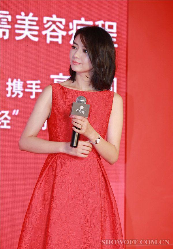 高圆圆红色连衣裙现身湘潭