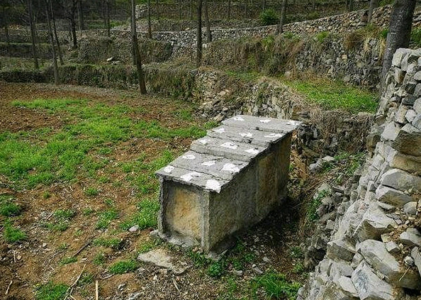 16、一般人猜不出这是什么东东。一头大,一头小,里面藏着个……我猜想是石头打制的棺椁。还请专家或当地的网友指正。