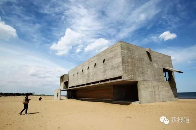 三联海边公益图书馆火了设计这座图书馆的建筑师董功,给我们展示了