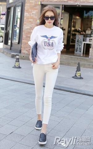 白色印花卫衣搭配米白色紧身打底长裤