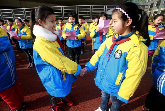 小学生戴口罩参加开学典礼