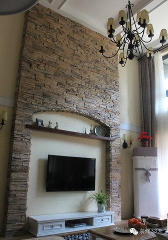 客厅挑高的文化石大气电视背景墙,用了13头双层吊灯