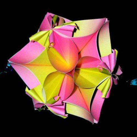 折纸花球看起来跟灯笼非常的相似,而且大多数花球采用的都是镂空的