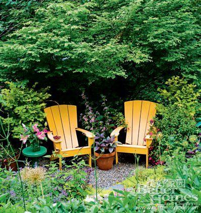 在路的盡頭或者花前樹下擺上一對座椅制造浪漫,如果椅子的顏色鮮艷
