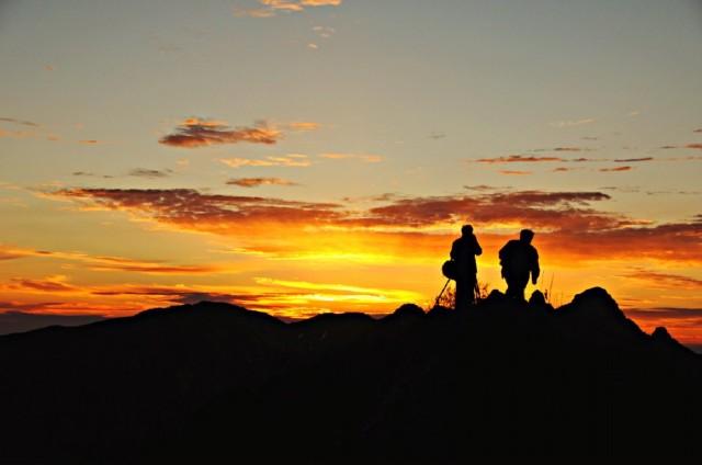 本以为夜晚的大山除了寂静就是寂静,没想到晚上会有成群结队的登山者