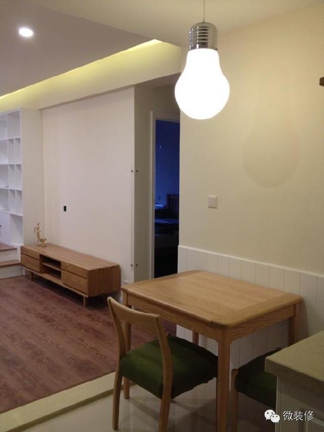 客廳吊平頂,不設主燈,由于同一空間內有高差