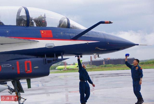 中国空军首次组织教练机飞行员直接飞歼-10(图