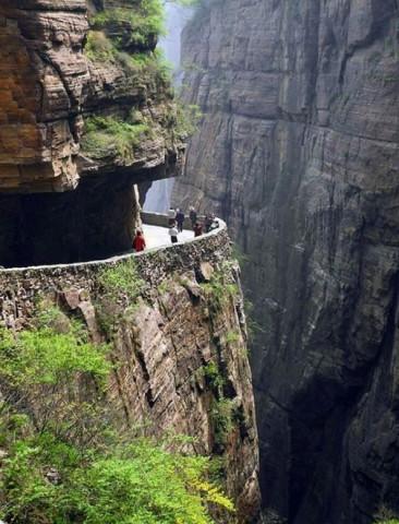 """1、太行山深处,二百米垂直的悬崖上的郭亮村,600年来,就靠720个台阶的""""天梯""""攀登。"""